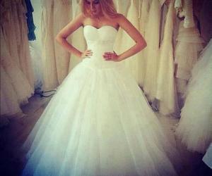 wedding dress queen image