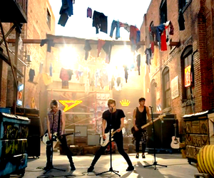 5sos, she looks so perfect, and 5 seconds of summer image