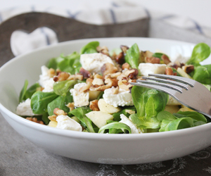 salade, noix, and chèvre image