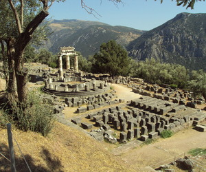 travels and greece. delfi image