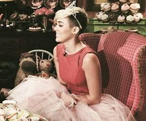 miley cyrus, pretty, and Queen image