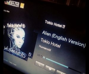 alien, love, and humanoid image