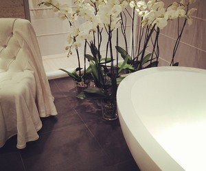 luxury, bathroom, and flowers image
