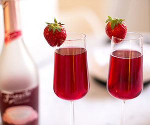 drink, strawberry, and champagne image