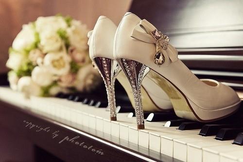 Bouquet-piano-romanticism-shoe-upright-wedding-favim.com-41063_large