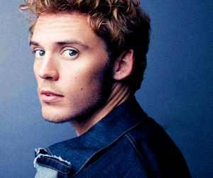 sam claflin and finnick image