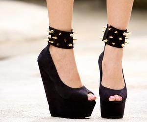 tachas, zapatos, and pinches image