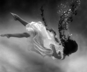 girl, underwater, and water image