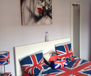 bed, Londres, and mirror image