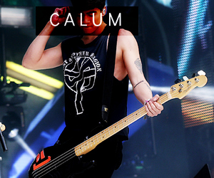 calum hood and 5 seconds of summer image