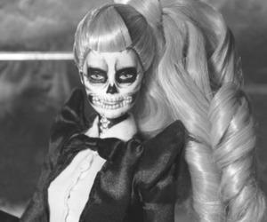 black and white, preto e branco, and boneca image
