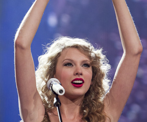 Taylor Swift, heart, and speak now tour image