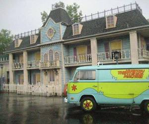 mystery machine and scooby doo image
