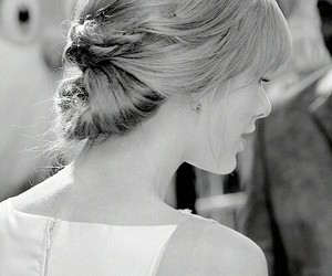 Taylor Swift and hairstyle image