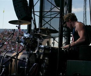 ashton irwin, muscles, and 5 seconds of summer image