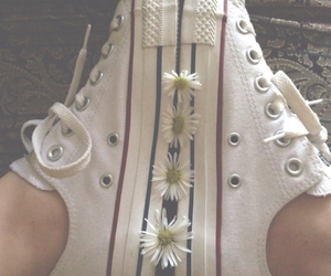 converse, daisies, and grunge image