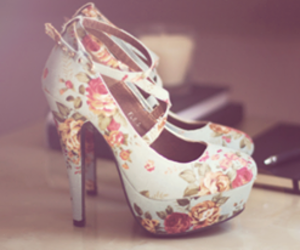 fashion, flores, and tacones image