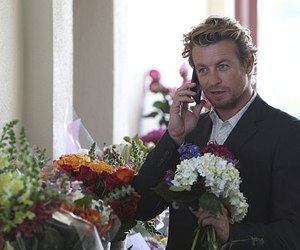 simon baker, flowers, and the mentalist image