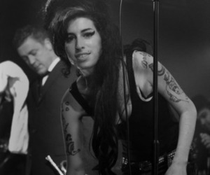 Amy Winehouse, black and white, and b&w image