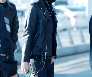 airport, faints, and sehun image
