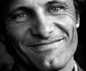 smile and viggo mortensen image