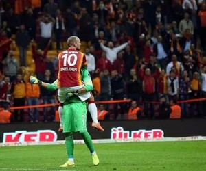 sneijder and muslera image