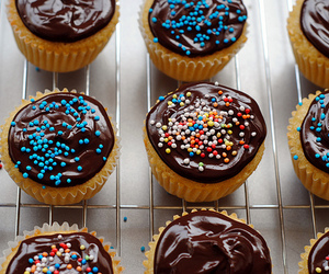 food, chocolate, and cupcakes image