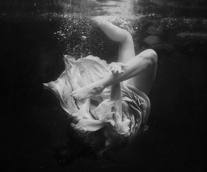 black and white, girl, and underwater image