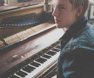 tom odell and piano image