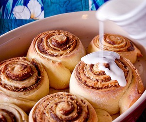 food, cinnamon roll, and Cinnamon image