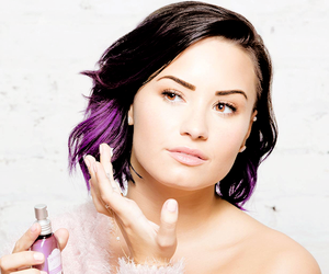 demi lovato, sweater, and adicionar mais tags image