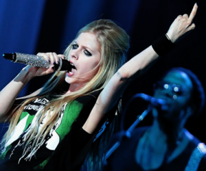 Avril Lavigne and black star tour image