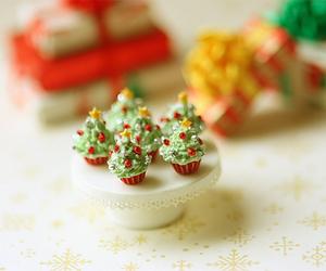 christmas, christmas tree, and cupcakes image