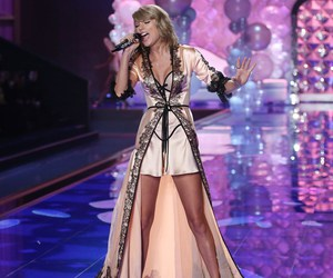fashion show, london, and Taylor Swift image
