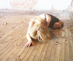 blonde, wood, and Avril image