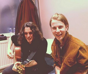 tom odell and guitar image