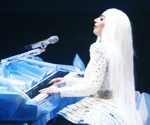 Lady gaga and artrave image