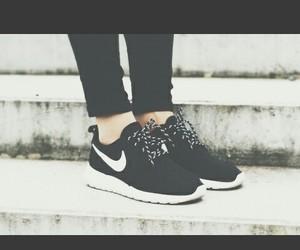 nike rosherun black shoes image
