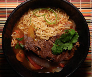 beef, bell pepper, and instant noodles image