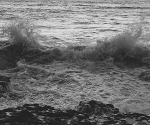 black and white, ondas, and mar image