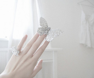 lluly, hand', and accessories' image