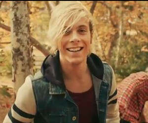 smile, r5, and riker lynch image