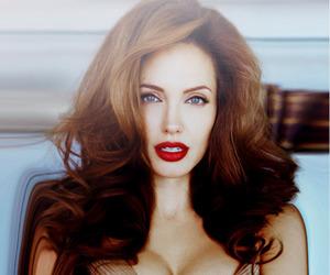 Angelina Jolie, decote, and red lipstick image