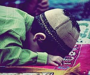islam, child, and prayer image