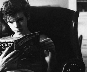 thomas sangster, newt, and book image