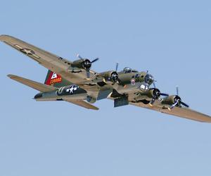 flying fortress and b17g image