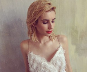 emma roberts and icon image