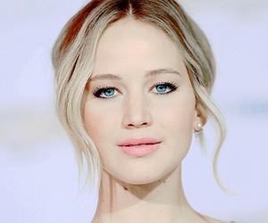 Jennifer Lawrence and mockingjay image