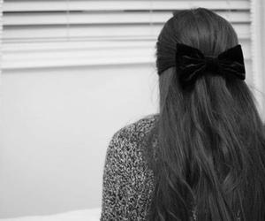black and white, bow, and hair image
