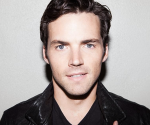 ian harding, pll, and ezra image